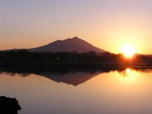 逆さ筑波山と日の出